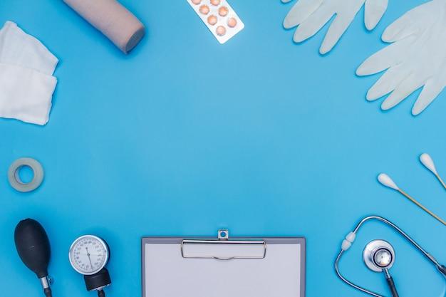 Medizinische ausrüstung auf blauem hintergrund mit textbereich.