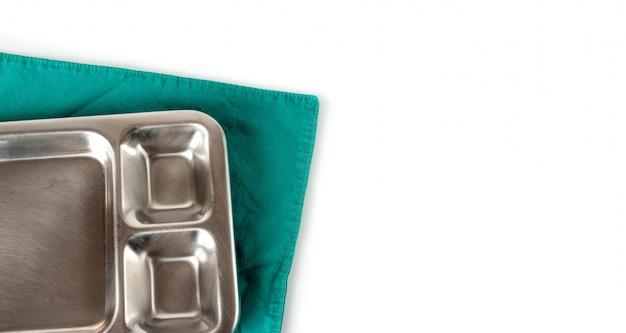 Medizinische ausrüstung auf einem grünen stoff im operationsraum
