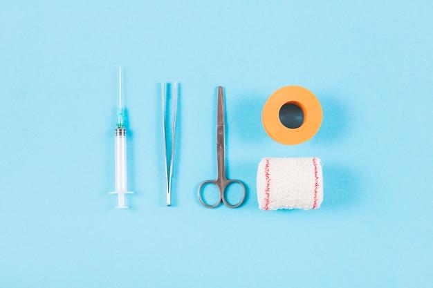 Medizinische ausrüstung des wundverbandes auf blauem hintergrund