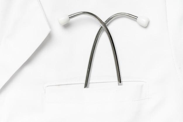 Medizinische ausrüstung in der uniformtasche des arztes