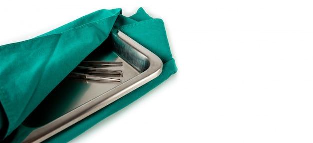 Medizinische ausrüstung in einem grünen tuch