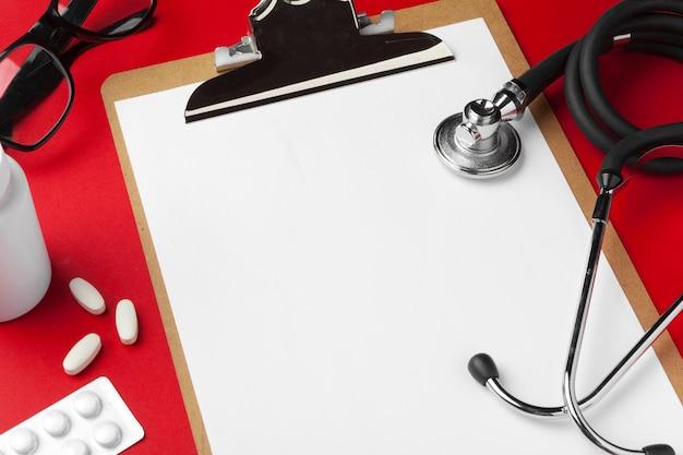 Medizinische ausrüstung mit stethoskop und klemmbrett