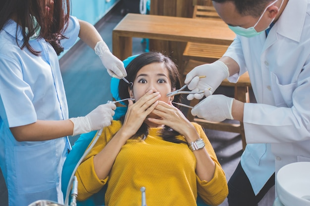 Medizinische behandlung in der zahnarztpraxis. ängstlicher patient bei denta