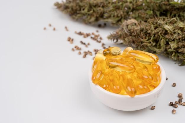 Medizinische cannabisöl-kapseln und -knospen cannabisprodukte-pillen und cbd-öl über medizinischem
