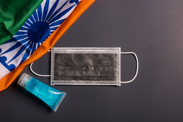 Medizinische einweg-gesichtsmaske für den mund mit indien-flagge