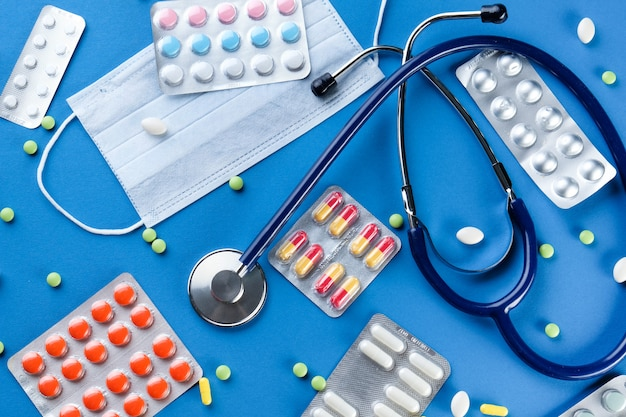 Medizinische einwegmasken, tabletten und medikamente sowie phonendoskop