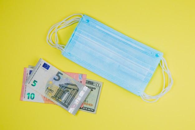 Medizinische gesichtsmaske und geld.