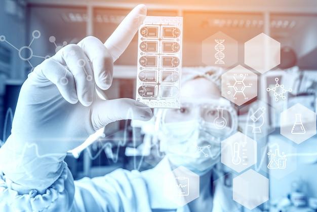 Medizinische gesundheitswesenforscher der jungen frau, die im biowissenschaftslabor arbeiten.