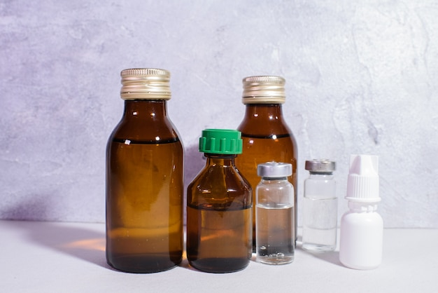 Medizinische gläser mit medizin
