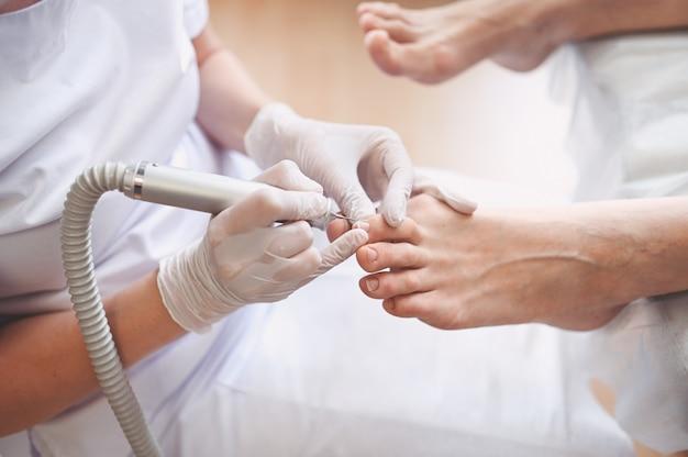 Medizinische hardware-pediküre mit nagelfeilenbohrgerät