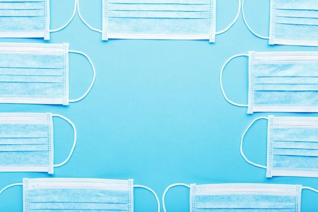 Medizinische hygienemasken, medizinischer schutzmasken blauer hintergrund mit kopierraum. einweg-gesichtsmaske gegen verschmutzung, virus, grippe coronavirus covid-19.