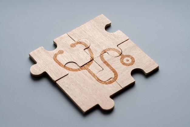 Medizinische ikone auf puzzle für globales gesundheitswesen