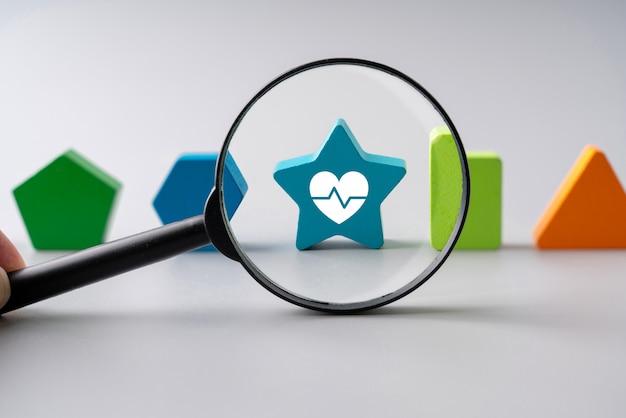 Medizinische ikone auf puzzlen für globales gesundheitswesen