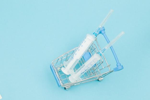 Medizinische injektion im einkaufswagen