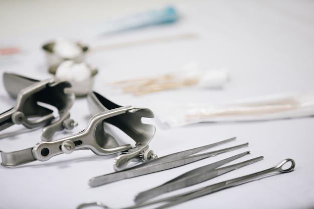 Medizinische instrumente auf den tisch gelegt.