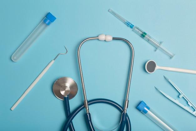 Medizinische instrumente geräte und gegenstände auf dem farbigen tisch im krankenhaus