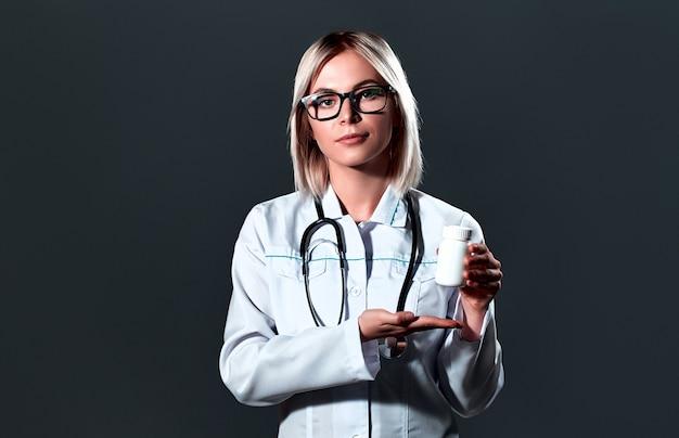 Medizinische junge ärztin mit einem stethoskop