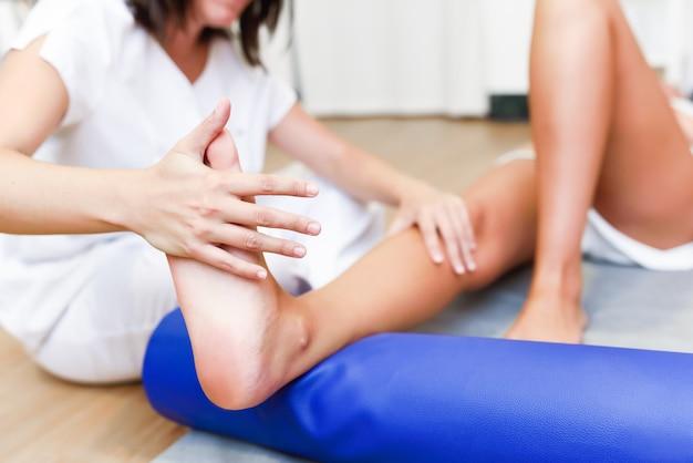 Medizinische kontrolle an den beinen in einem physiotherapie-zentrum.