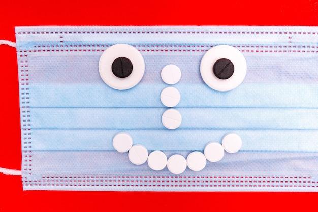 Medizinische maske mit einem gesicht aus pillen