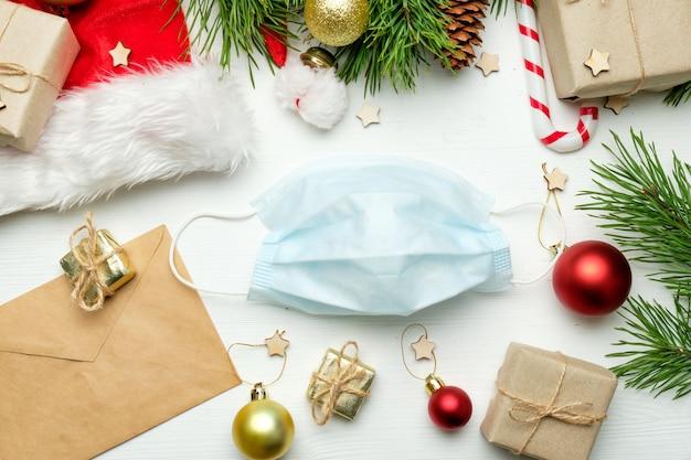 Medizinische maske und weihnachtsdekoration