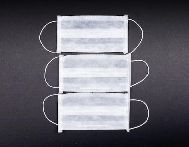 Medizinische masken von oben. horizontal