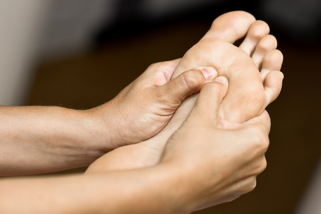 Medizinische massage am fuß in einem physiotherapie-zentrum.