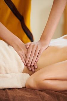 Medizinische massage im spa-salon