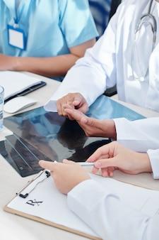 Medizinische mitarbeiter diskutieren über die epidemische situation