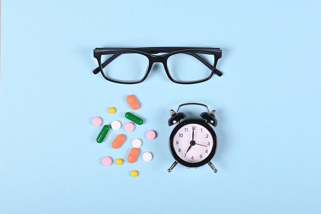 Medizinische pillen auf blauem raum, flache lage, draufsichtbild.