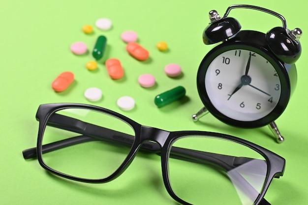 Medizinische pillen auf grünfläche, flache lage, draufsichtbild.