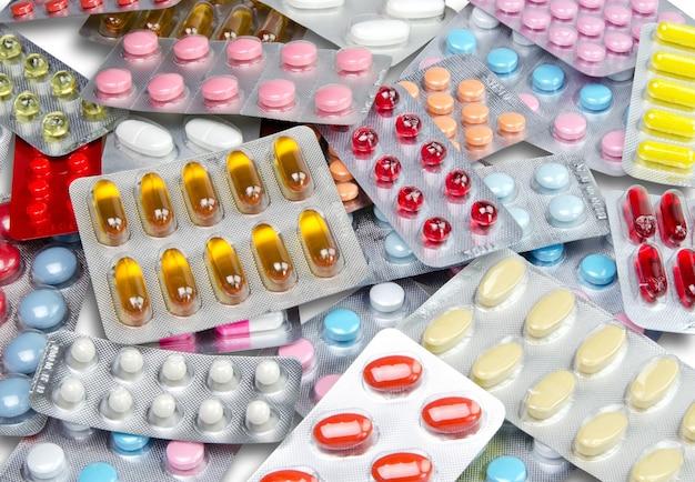 Medizinische pillen und fischölpillen im hintergrund