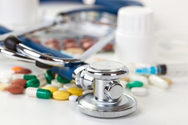 Medizinische pillen zur behandlung von patienten auf einem weißen raum.