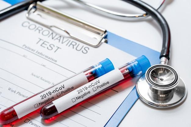 Medizinische proben einer nahaufnahmeinfektion mit stethoskop