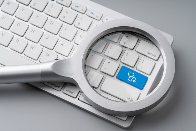 Medizinische retro-tastatur mit lupe