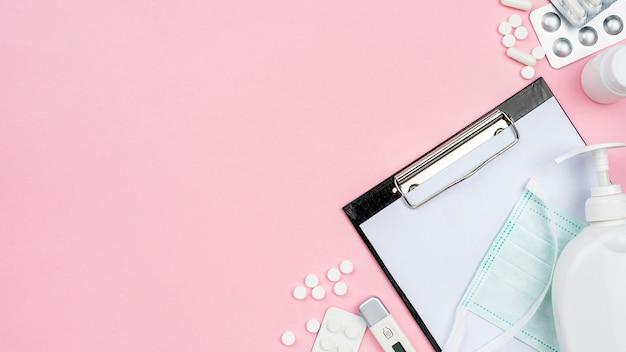 Medizinische schreibtischanordnung der draufsicht mit kopienraum auf rosa hintergrund