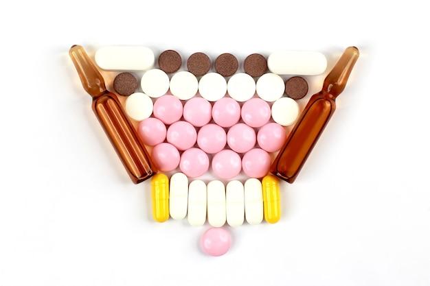 Medizinische tabletten, ampullen für injektionen auf weißem hintergrund