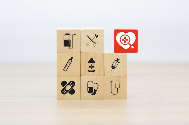 Medizinische und gesundheitsgrafiken ikonen auf holzklötzen.