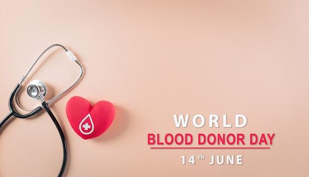Medizinische und spenderkonzepte arztstethoskop und ein handgemachtes rotes herz mit einem zeichen oder symbol der blutspende