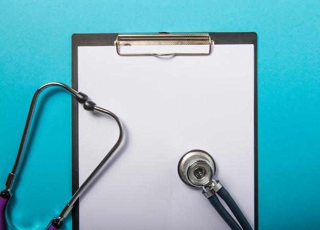 Medizinische zwischenablage mit stethoskop auf blau
