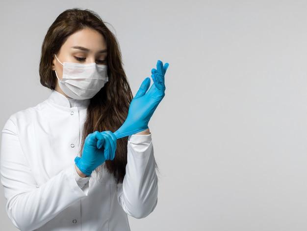 Medizinischer arbeiter, der blaue handschuhe trägt