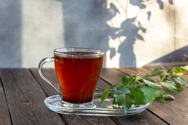 Medizinischer birken-chaga-tee wird in der volksmedizin verwendet. selektiver fokus.