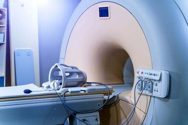 Medizinischer ct- oder mrt- oder pet-scan im modernen krankenhauslabor. technologisch fortschrittliche und funktionale medizinische geräte in einem sauberen weißen raum.