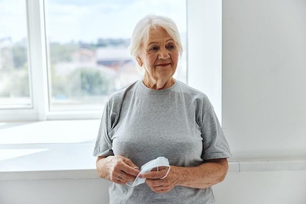 Medizinischer maskenvirusschutz für ältere frauen