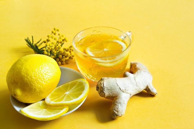 Medizinischer tee in einer tasse, ingwer, zitrone, akazi stärkt das immunsystem in der kalten jahreszeit flach.