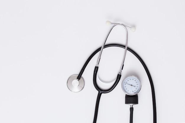 Medizinisches blutdruckmessgerät, stethoskop.