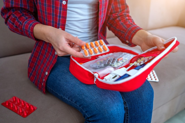 Medizinisches erste-hilfe-set mit medikamenten und pillen