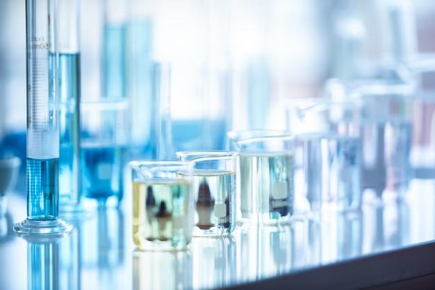 Medizinisches laborreagenzglas im chemiebiologielaborversuch. wissenschaftliche forschung und entwicklung