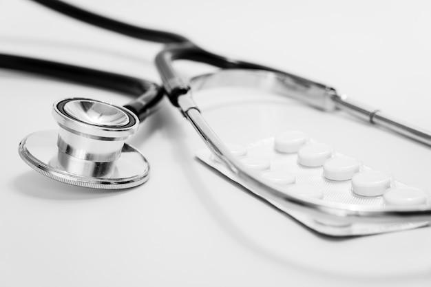 Medizinisches nahaufnahme-stethoskop mit tabletten