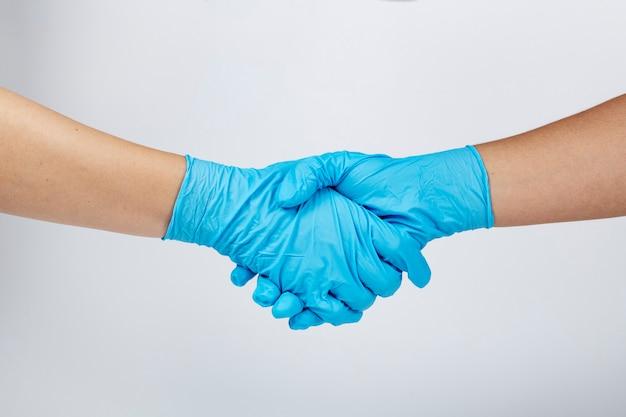 Medizinisches personal, das während der coronavirus-pandemie die hand schüttelt
