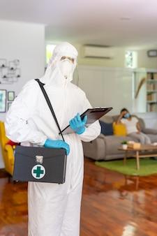 Medizinisches personal in persönlicher schutzausrüstung psa-anzug mit hintergrund der asiatischen frau mit gesichtsmaske lieferung coronavirus covid test zu hause konzept